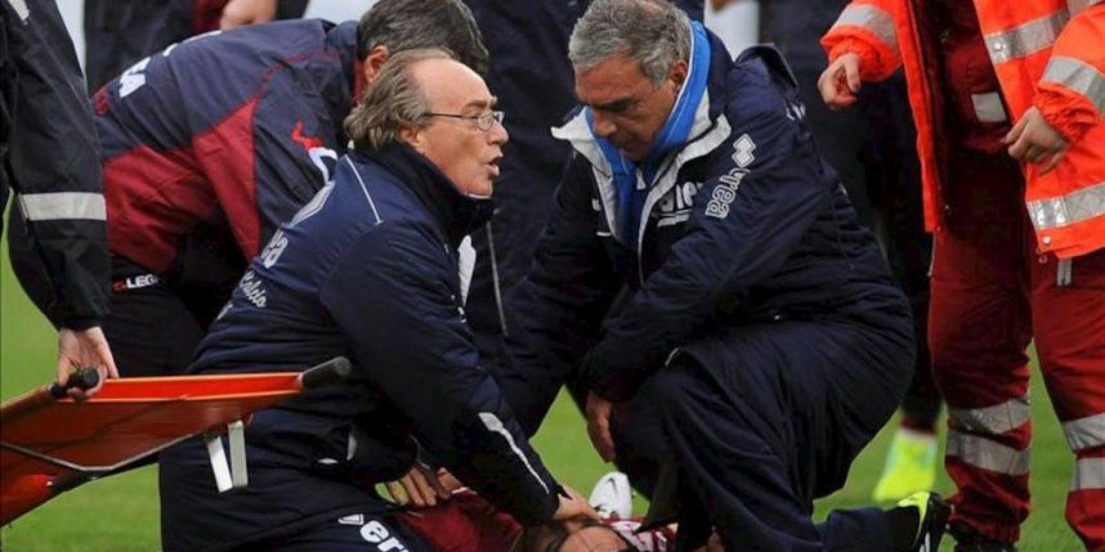 Los servicios médicos atienden al centrocampista italiano del AS Livorno, Piermario Morosini (en el suelo), tras sufrir un ataque al corazón mientras disputaba un partido de la Serie B de la liga italiana contra el Pescara, en el estadio Adriático de Pescara (Italia). EFE