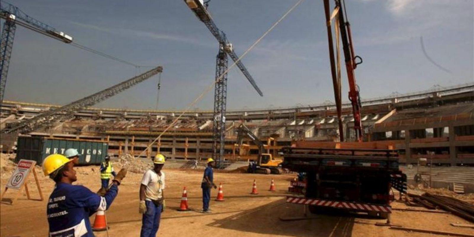 Unos obreros trabajan durante la remodelación del estadio Maracaná donde se llevará a cabo el Mundial de Fútbol de 2014 en Brasil, y que fue abierto al público este 14 de abril, en la ciudad de Río de Janeiro. EFE