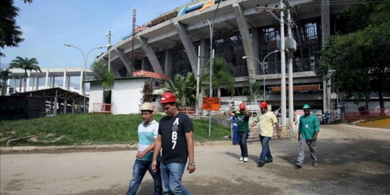 Varios visitantes a su salida del estadio Maracaná donde se llevará a cabo el Mundial de Fútbol de 2014 en Brasil, durante las obras de remodelación y que fue abierto al público este 14 de abril, en la ciudad de Río de Janeiro. EFE
