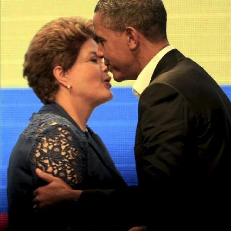 El presidente de Estados Unidos, Barack Obama (d), saluda a la presidenta de Brasil, Dilma Rousseff, este 14 de abril, tras una sesión de la I Cumbre Empresarial de las Américas, que se realiza en Cartagena (Colombia). EFE
