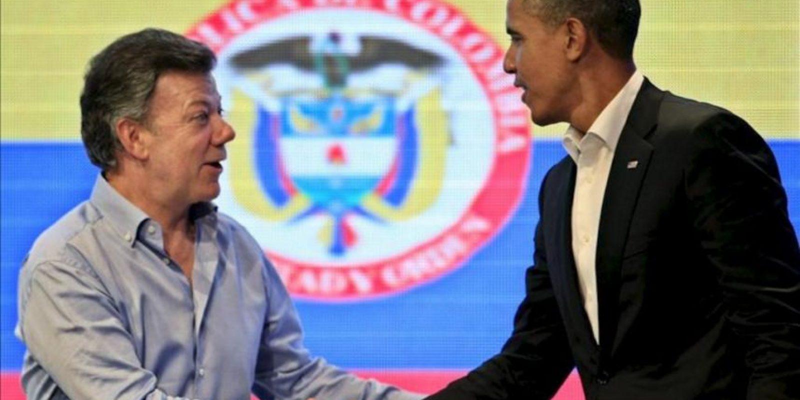 El presidente de Estados Unidos, Barack Obama (d), estrecha la mano de su homólogo colombiano, Juan Manuel Santos, este 14 de abril, tras una sesión de la I Cumbre Empresarial de las Américas, que se realiza en Cartagena (Colombia). EFE