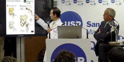 El doctor Ángel Villamor (i), que practicó la intervención quirúrgica de cadera a Juan Carlos I, explicando a la prensa los detalles de la operación junto al jefe médico de la Casa del Rey, Avelino Barros (d). EFE