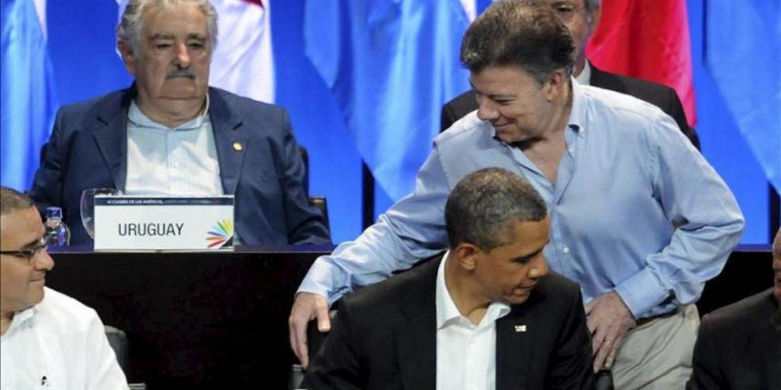 El presidente de Colombia, Juan Manuel Santos (d), pasa junto a su homólogo de EE.UU., Barack Obama (abajo), mientras el presidente de Uruguay, José Mujica (i), observa durante la ceremonia inaugural de la VI Cumbre de las Américas en Cartagena de Indias (Colombia). EFE