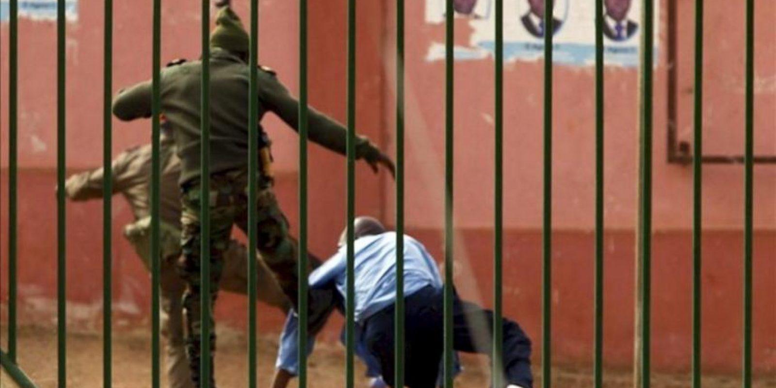 Soldados dispersando a un grupo de manifestantes que protestaban contra la situación política del país, hoy en Bissau. EFE