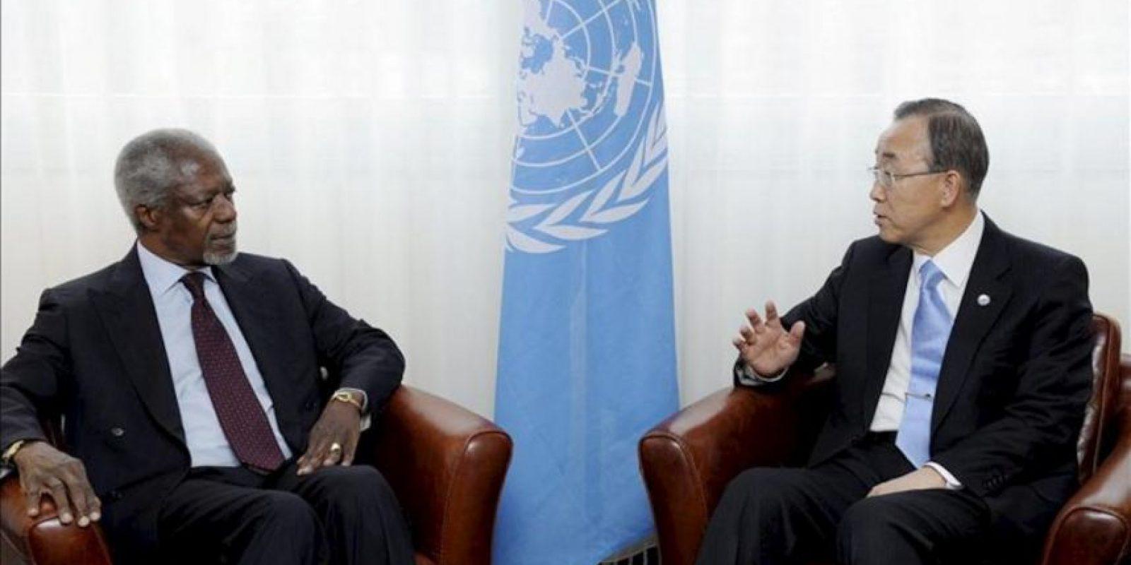 Fotografía cedida por las Naciones Unidas en la que figuran el secretario general de la ONU, Ban Ki-moon (d), y el enviado especial de las Naciones Unidas y la Liga Árabe, Kofi Annan, durante una reunión en Ginebra hoy. EFE/Evan Schneider