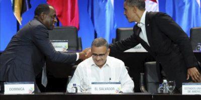 El presidente de EE.UU., Barack Obama (d), saluda al primer ministro de Dominica Roosevelt Skerrit (i), y al también presidente de El Salvador Mauricio Funes (c) este 14 de abril, en la ceremonia inaugural de la VI Cumbre de las Américas en Cartagena de Indias (Colombia). EFE