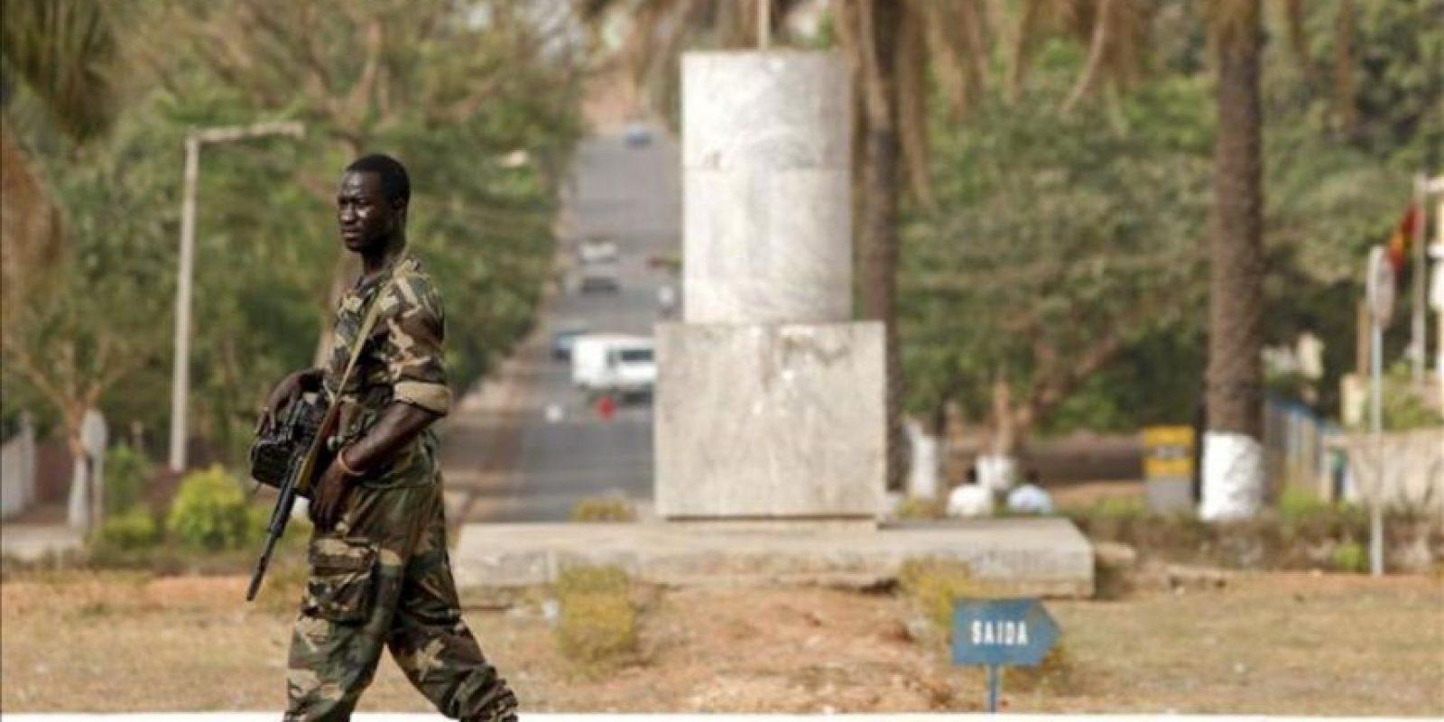 Un soldado pasa junto a la sede del Parlamento en Bissau, Guinea Bissau. EFE