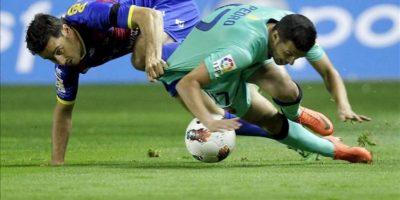 El centrocampista del FC Barcelona Pedro Rodríguez (d) pelea por el balón con el defensa del Levante UD Pedro López durante el partido, correspondiente a la trigésimo cuarta jornada de Liga de Primera División, que disputan ambos equipos en el estadio Ciudad de Valencia. EFE
