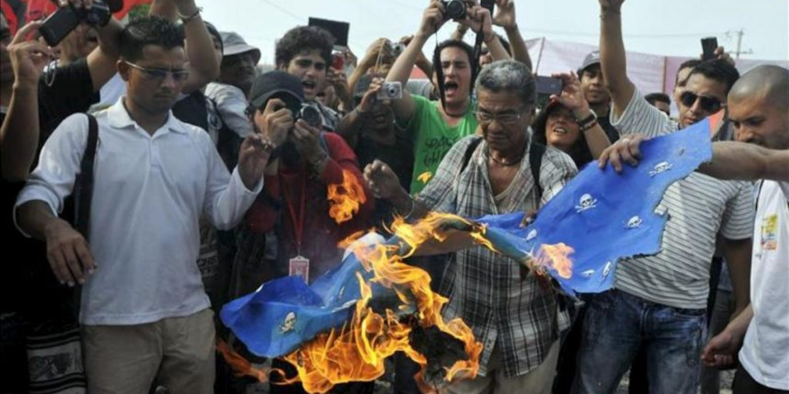 Un grupo de personas quema una bandera de Estados Unidos en Cartagena de Indias (Colombia), durante una manifestación en contra de la presencia de Barack Obama en Colombia. EFE