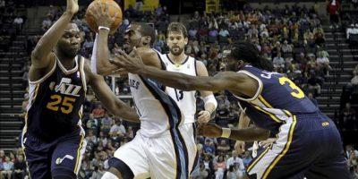 El jugador de Grizzlies Mike Conley (c) es marcado por Al Jefferson (i) y DeMarre Carroll (d), de Jazz, durante un partido por la NBA en el FedExForum de Memphis, Tennessee (EE.UU.). EFE