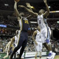 El jugador de Jazz Al Jefferson (i) lanza hacia la cesta ante la marca de Gilbert Arena (d), de Grizzlies, durante un partido por la NBA en el FedExForum de Memphis, Tennessee (EE.UU.). Grizzlies vencieron 103-98. EFE
