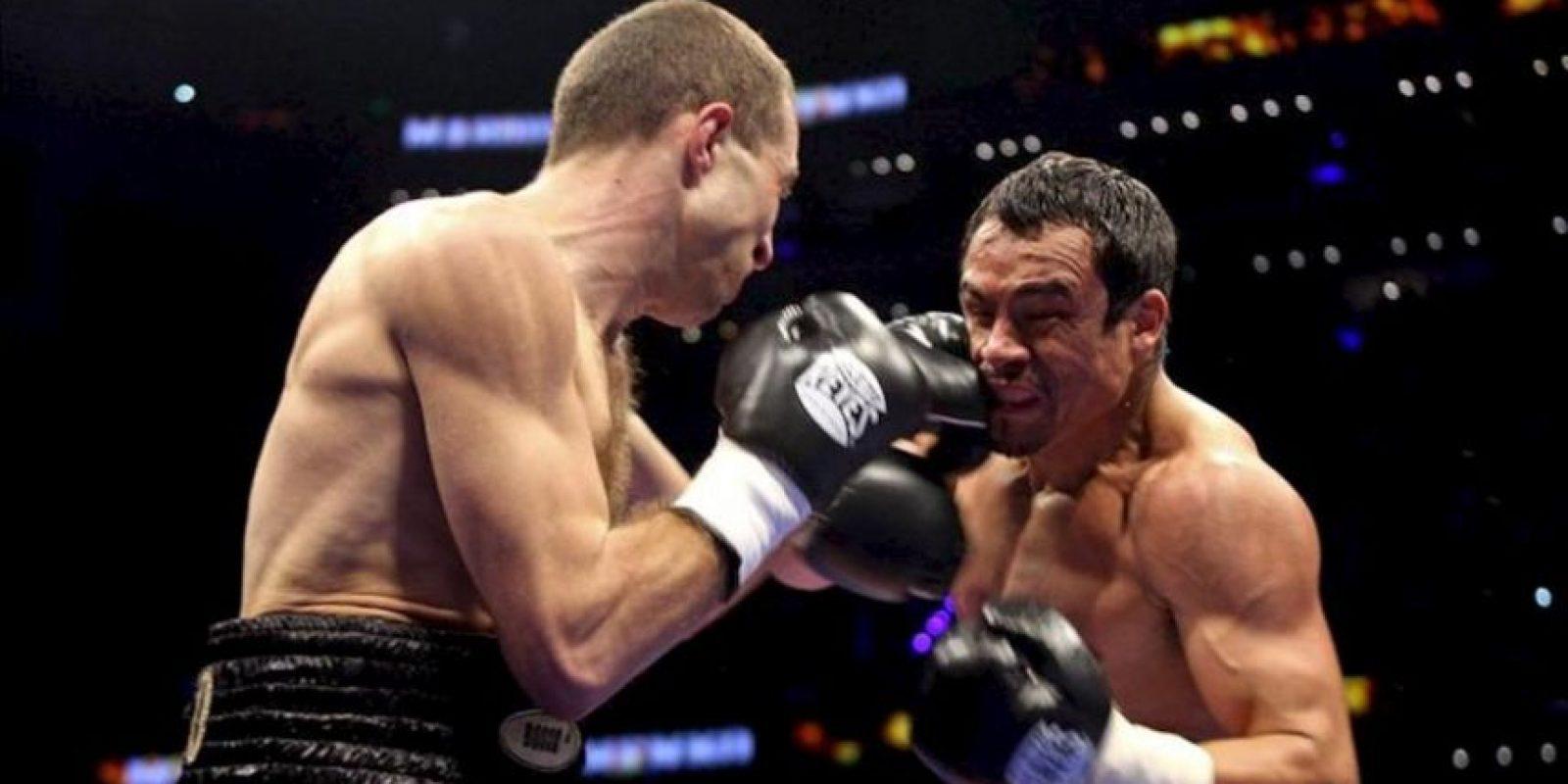 El boxeador mexicano Juan Manuel Márquez (d) intercambia golpes con el ucraniano Serhiy Fedchenko (i), ese sábado, durante el combate por el título mundial superligero interino OMB, celebrado en la Arena Ciudad de México de la Capital mexicana. Juan Manuel Márquez ganó la pelea por decisión unánime. EFE