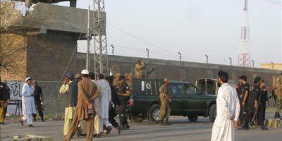 Agentes de seguridad hacen guardia a las puertas de la prisión central de Bannu (Pakistán). Al menos 384 presos, muchos de ellos talibanes, han escapado de la prisión central de la ciudad de Bannu tras un ataque perpetrado esta noche por un centenar de insurgentes armados, informó a Efe una fuente policial. EFE