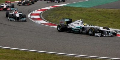 El piloto alemán Nico Rosberg (Mercedes AMG) va en cabeza durante el Gran Premio de Fórmula Uno de China en el circuito internacional de Shanghái, China. EFE
