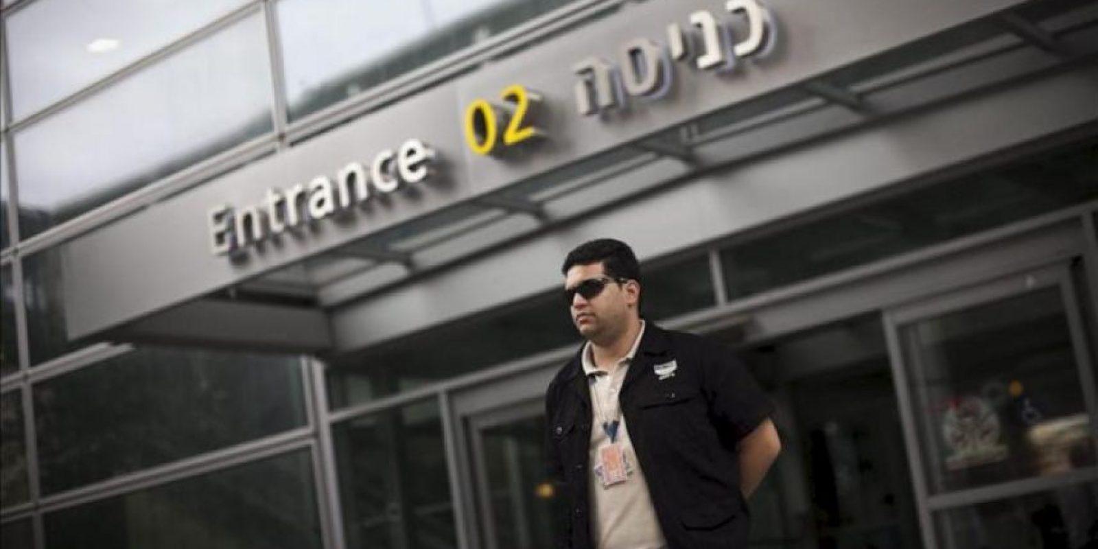"""Un guarda de seguridad vigila hoy la terminal de llegadas en el aeropuerto de Ben Gurion en Tel Aviv (Israel). Las autoridades israelíes han desplegado cientos de policías fronterizos para evitar la llegada de turistas bajo el reclamo de """"Bienvenido a Palestina"""". EFE"""