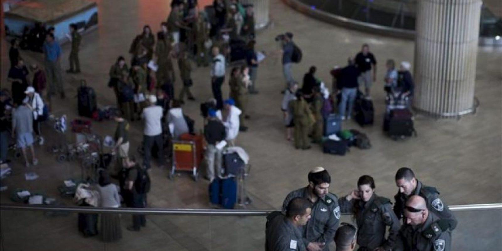"""Policías fronterizos israelíes permanecen hoy en el aeropuerto de Ben Gurion en Tel Aviv (Israel). Las autoridades israelíes han desplegado cientos de policías fronterizos para evitar la llegada de turistas bajo el reclamo de """"Bienvenido a Palestina"""". EFE"""