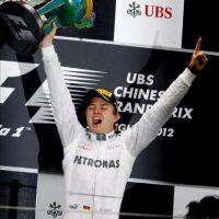 El piloto alemán Nico Rosberg (Mercedes AMG) celebra en el podio tras lograr su primera victoria en Fórmula Uno al ganar hoy el Gran Premio de China en el circuito internacional de Shanghái, China. EFE