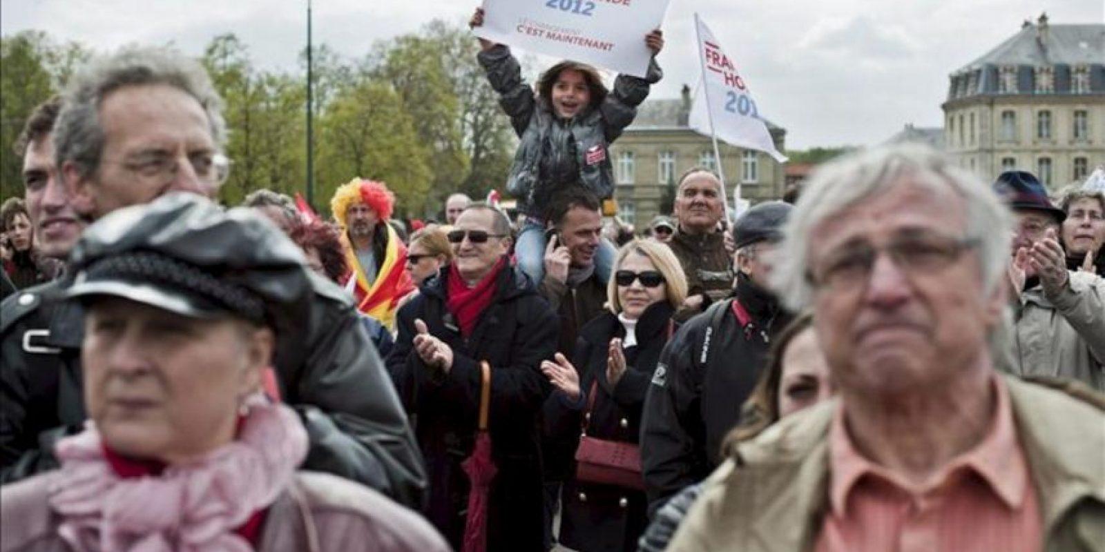 Seguidores del candidato del Partido Socialista Francés (PS) a las elecciones presidenciales de 2012, Francois Hollande (fuera de la foto), escuchan su discurso en un mitin celebrado en el Chateu de Vincennes, cerca de París, hoy. EFE