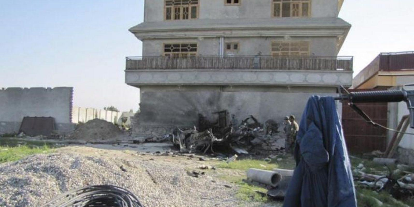 Varios militares afganos inspeccionan los daños causados por un ataque suicida con bomba en un edificio de la OTAN en Jalalabad (Afganistán). Comandos talibanes lanzaron ataques con lanzagranadas y rifles automáticos en la capital afgana y en las ciudades orientales de Jalalabad y Puli Alam, y algunos de ellos se han atrincherado en edificios. EFE
