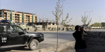 Varios militares afganos protegiendo su posición durante el ataque talibán, cerca del Parlamento de Kabul hoy. EFE