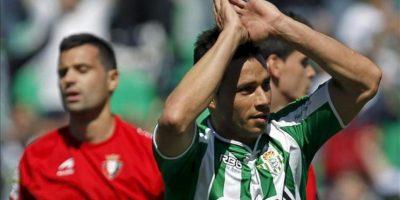 El delantero del Real Betis Rubén Castro (d) celebra su gol durante el partido, correspondiente a la trigésimo cuarta jornada de Liga de Primera División en el estadio Benito Villamarín. EFE
