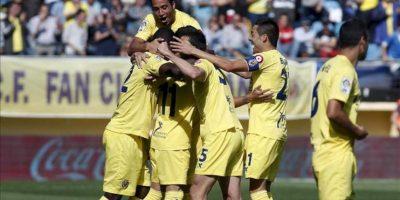 El delantero paraguayo del Villarreal CF Hernán Pérez (3i) celebra su gol junto a sus compañeros durante el partido, correspondiente a la trigésimo cuarta jornada de Liga de Primera División con el conjunto castellonense con el Racing de Santander en el estadio de El Madrigal. EFE
