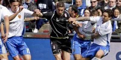 El delantero suizo del Granada CF Álex Geijo (c) conduce el balón entre los jugadores del Real Zaragoza Tomislav Dujmovic (i) y Pablo Álvarez durante el partido, correspondiente a la trigésimo cuarta jornada de Liga de Primera División en el estadio de La Romareda. EFE