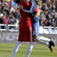 Los jugadores del Zaragoza Luis García y Roberto (i) se abrazan al finaliza el partido que disputaron ante el Granada correspondiente a la trigésimo cuarta jornada de Liga de Primera División, que disputaron ambos equipos en el estadio de La Romareda. EFE