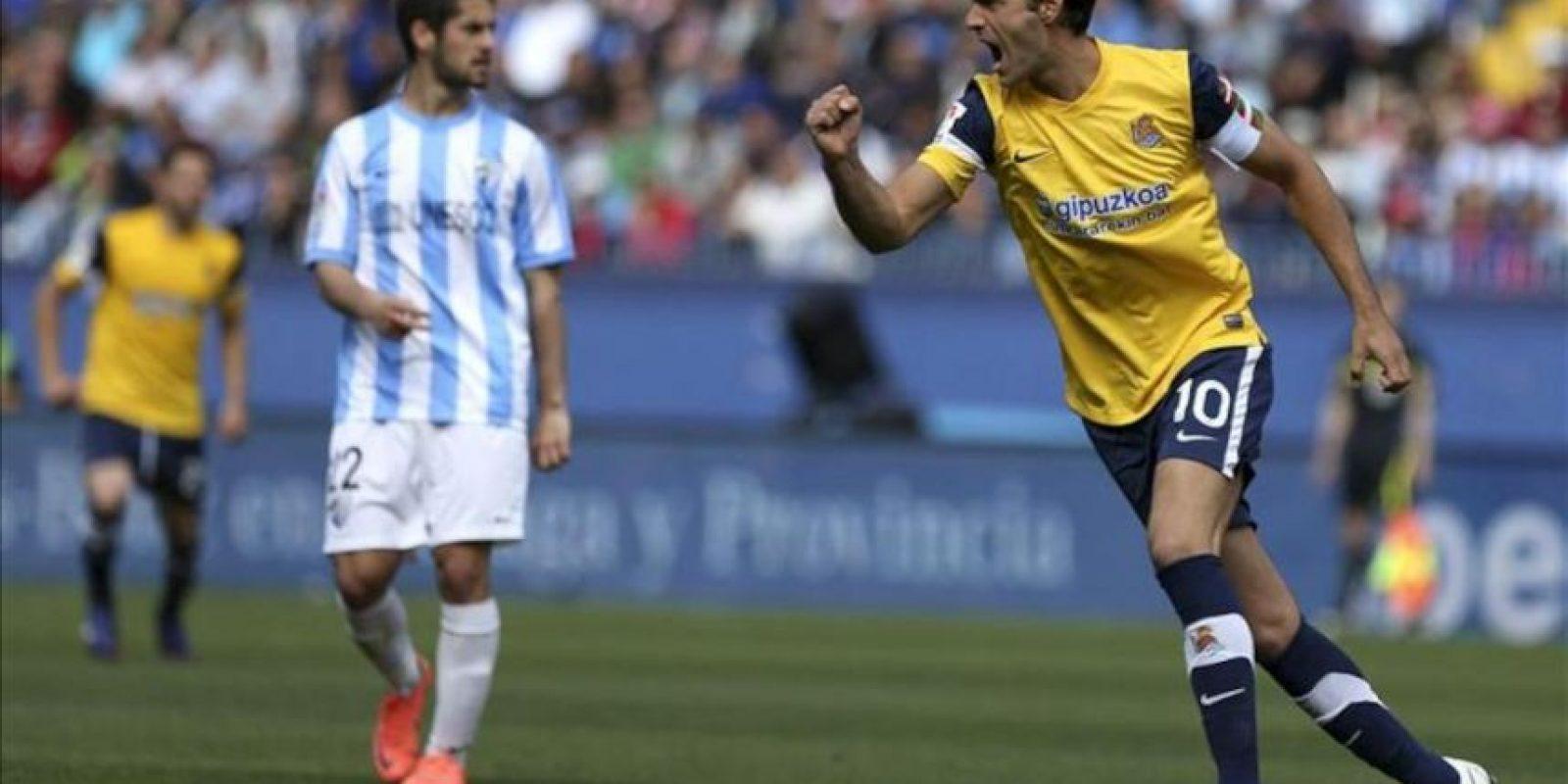 El centrocampista de la Real Sociedad Xabi Prieto celebra su gol, el del empate a uno, durante el partido, correspondiente a la trigésimo cuarta jornada de la Liga de Primera División en el estadio de La Rosaleda. EFE