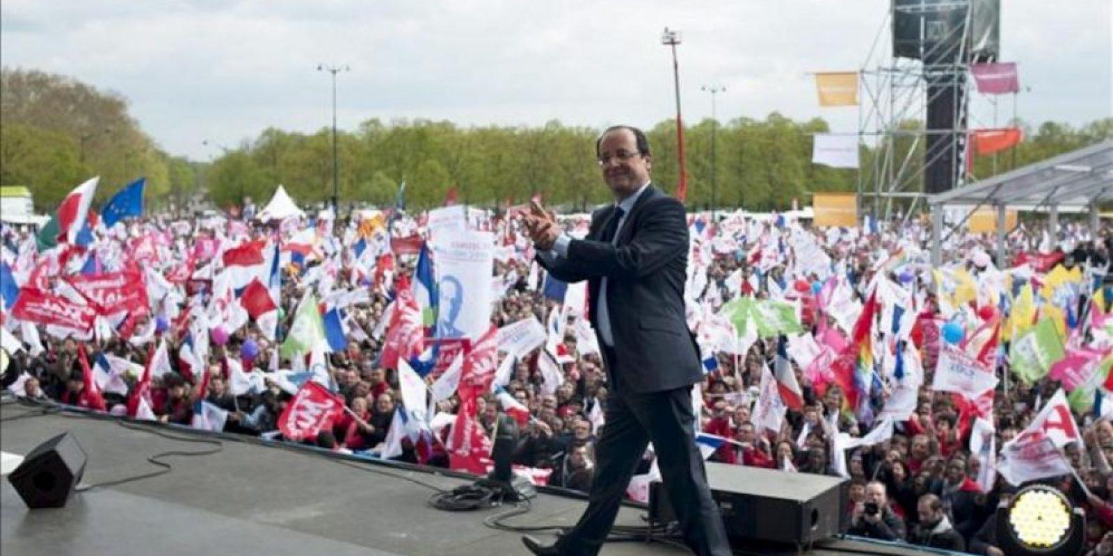 El candidato socialista a la Presidencia de Francia, François Hollande, abandona el escenario saludando a sus seguidores tras celebrar un mitín en el Castillo de Vincennes, a las afueras de París, hoy. EFE