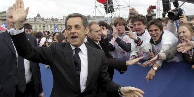 El presidente francés y candidato principal de Unión por un Movimiento Popular (UMP) para las elecciones presidenciales del 2012, Nicolas Sarkozy, saluda a sus seguidores al llegar a un mitin celebrado en la plaza de la Concordia en París hoy. EFE