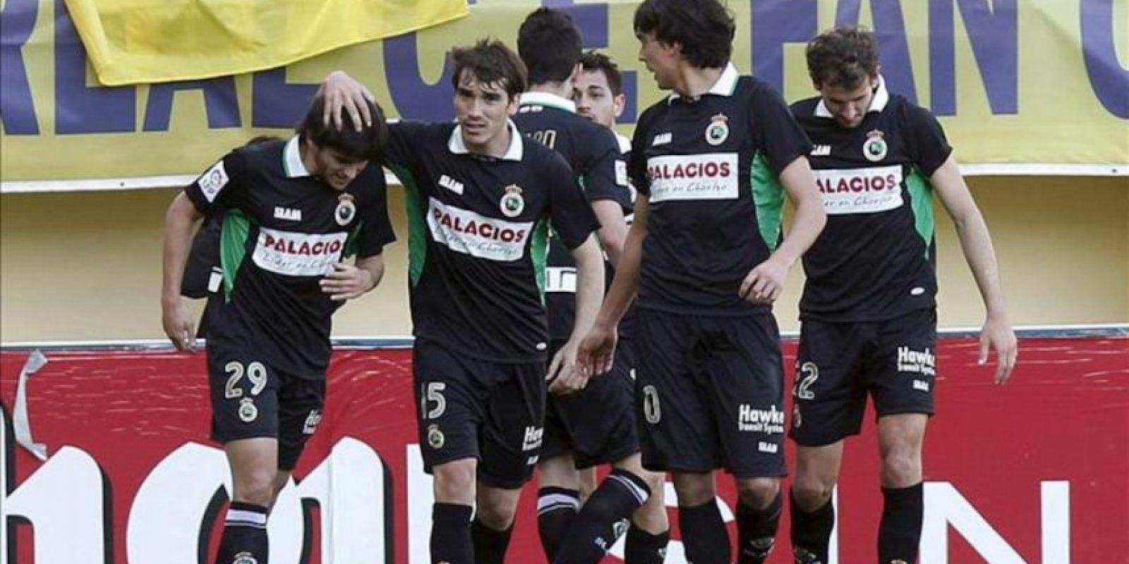 Los jugadores del Racing de Santander celebran el tanto del empate ante el Villarreal durante el partido, correspondiente a la trigésimo cuarta jornada de Liga de Primera División, que disputaron ambos equipos en el estadio de El Madrigal. EFE