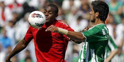 El delantero del Betis Roque Santa Cruz (d) pugna por un balón con el dejugador de Osasuna Raoul Loé durante el partido, correspondiente a la trigésimo cuarta jornada de Liga de Primera División, que disputaron ambos equipos en el estadio Benito Villamarín. EFE