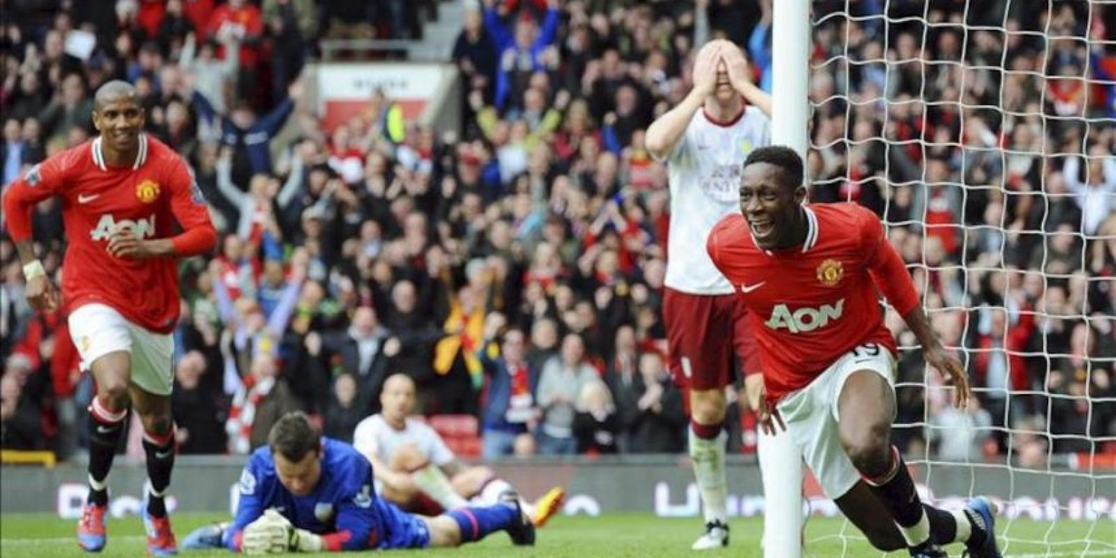 El jugador del Manchester United, Danny Welbeck (dcha), celebra con su compañero Ashley Young (izq) su gol (2-0) ante Aston Villa, durante el encuentro de la Premier League que los dos equipos disputaron en el estadio de Old Trafford, en Manchester, Reino Unido. EFE