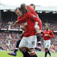 El jugador del Manchester United, Wayne Rooney (izq), celebra su gol inicial ante el Aston Villa, con su compañero Ashley Young durante el encuentro de la Premier League que los dos equipos disputaron en el estadio de Old Trafford, en Manchester, Reino Unido. EFE