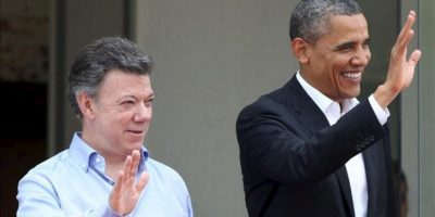 El presidente de Colombia, Juan Manuel Santos (i), recibe a su homólogo de Estados Unidos, Barack Obama (d), a su llegada al Centro de Convenciones, donde este 14 de abril, se inaugura la VI Cumbre de las Américas en Cartagena (Colombia). EFE