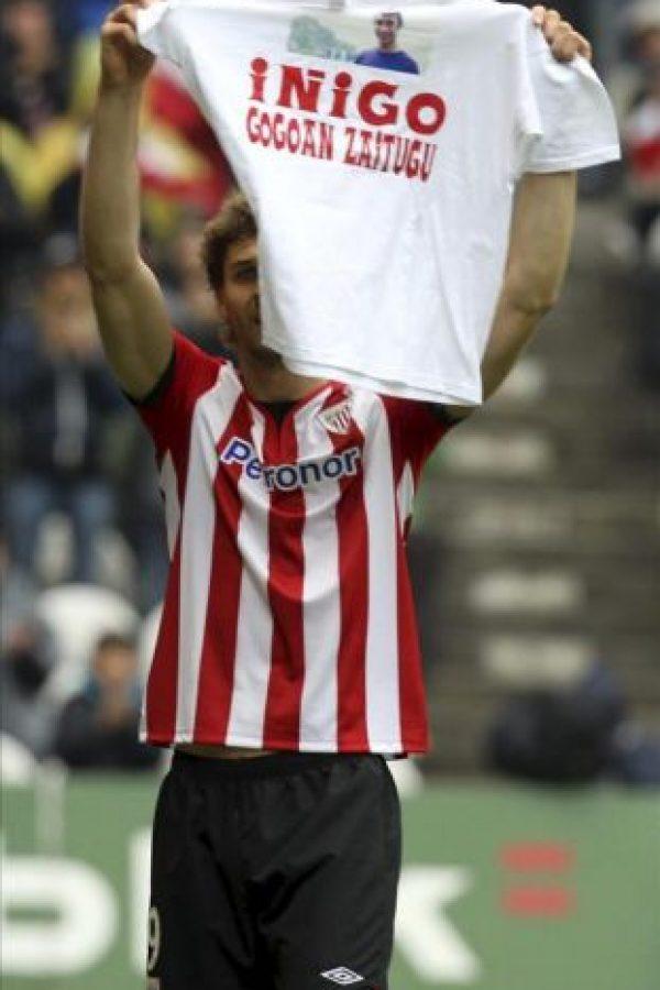 El delantero del Athletic de Bilbao Fernando Llorente muestra una camiseta en recuerdo a Íñigo Cabacas, el joven aficionado que falleció omo consecuencia de un pelotazo de la Ertzaintza, tras marcar el primer gol de su equipo ante el RCD Mallorca durante el partido, correspondiente a la trigésimo cuarta jornada de Liga de Primera División en el estadio de San Mamés. EFE