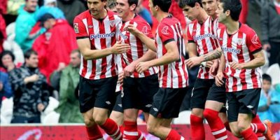 El delantero del Athletic de Bilbao Fernando Llorente (i) celebra su gol con sus compañeros durante el partido, correspondiente a la trigésimo cuarta jornada de Liga de Primera División, que disputa el conjunto vasco ante el RCD Mallorca en el estadio de San Mamés. EFE