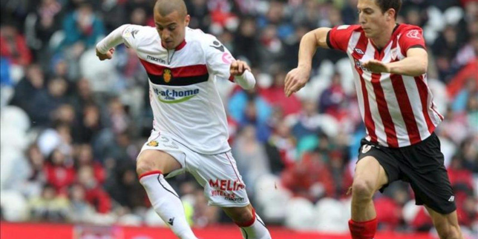 El centrocampista del Athletic de Bilbao Óscar de Marcos (d) pelea por el balón con el mediocentro del RCD Mallorca Sergio Tejera durante el partido, correspondiente a la trigésimo cuarta jornada de Liga de Primera División, que han disputado en el estadio de San Mamés. EFE