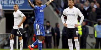 El jugador del Chelsea Didier Drogba (dcha) celebra su gol (1-0) ante la presencia del jugador del Tottenham Hotspur, Rafael van der Vaart, durante el partido de semifinales de la Copa Inglesa (FA Cup) disputado en el estadio de Wembley en Londres, Reino Unido. EPA