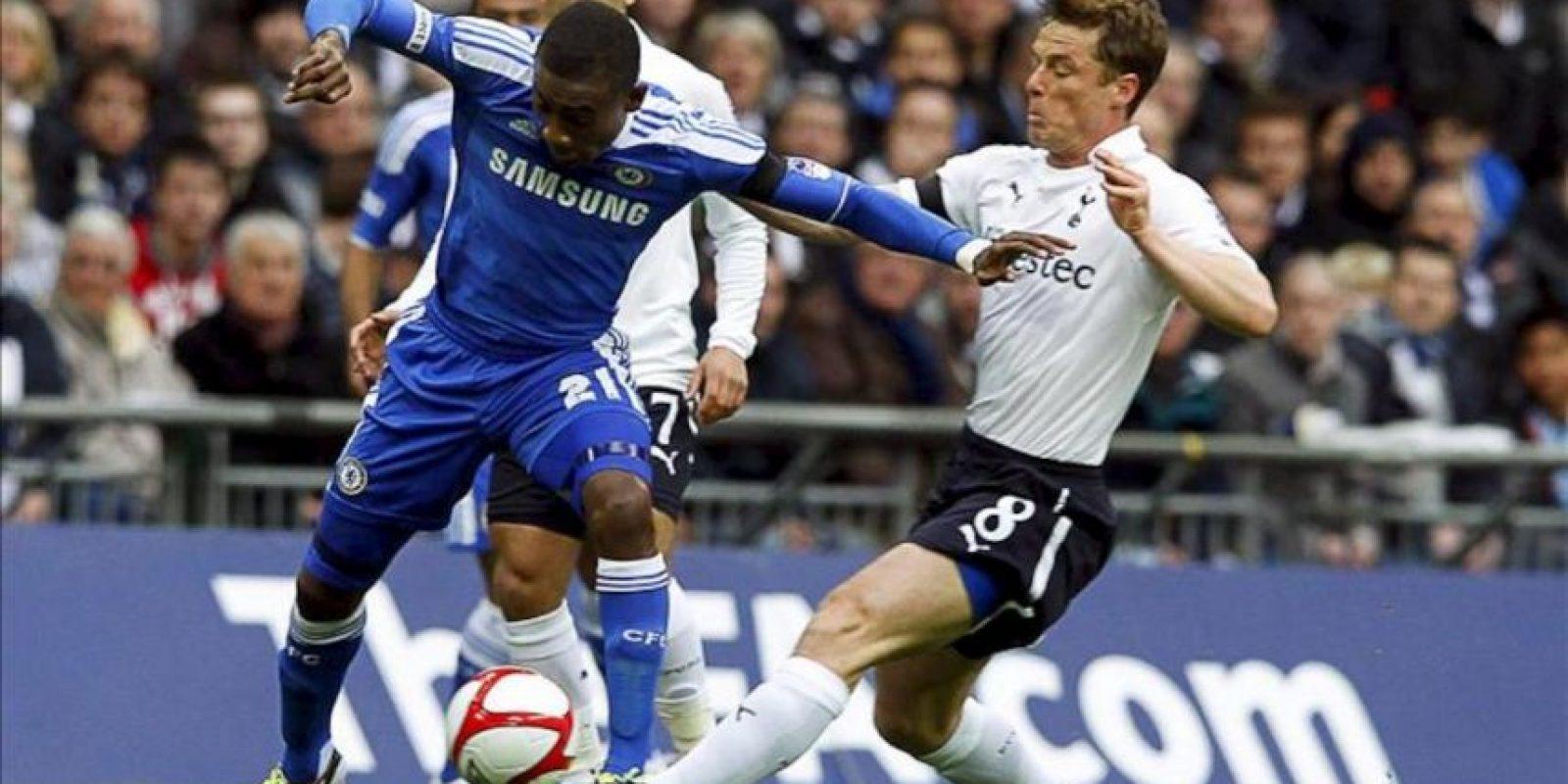 El jugador del Tottenham Hotspur Scott Parker (dcha) lucha por un balón ante el jugador del Chelsea Salomon Kalou (izq) durante el partido de semifinales de la Copa Inglesa (FA Cup) disputado en el estadio de Wembley en Londres, Reino Unido. EPA