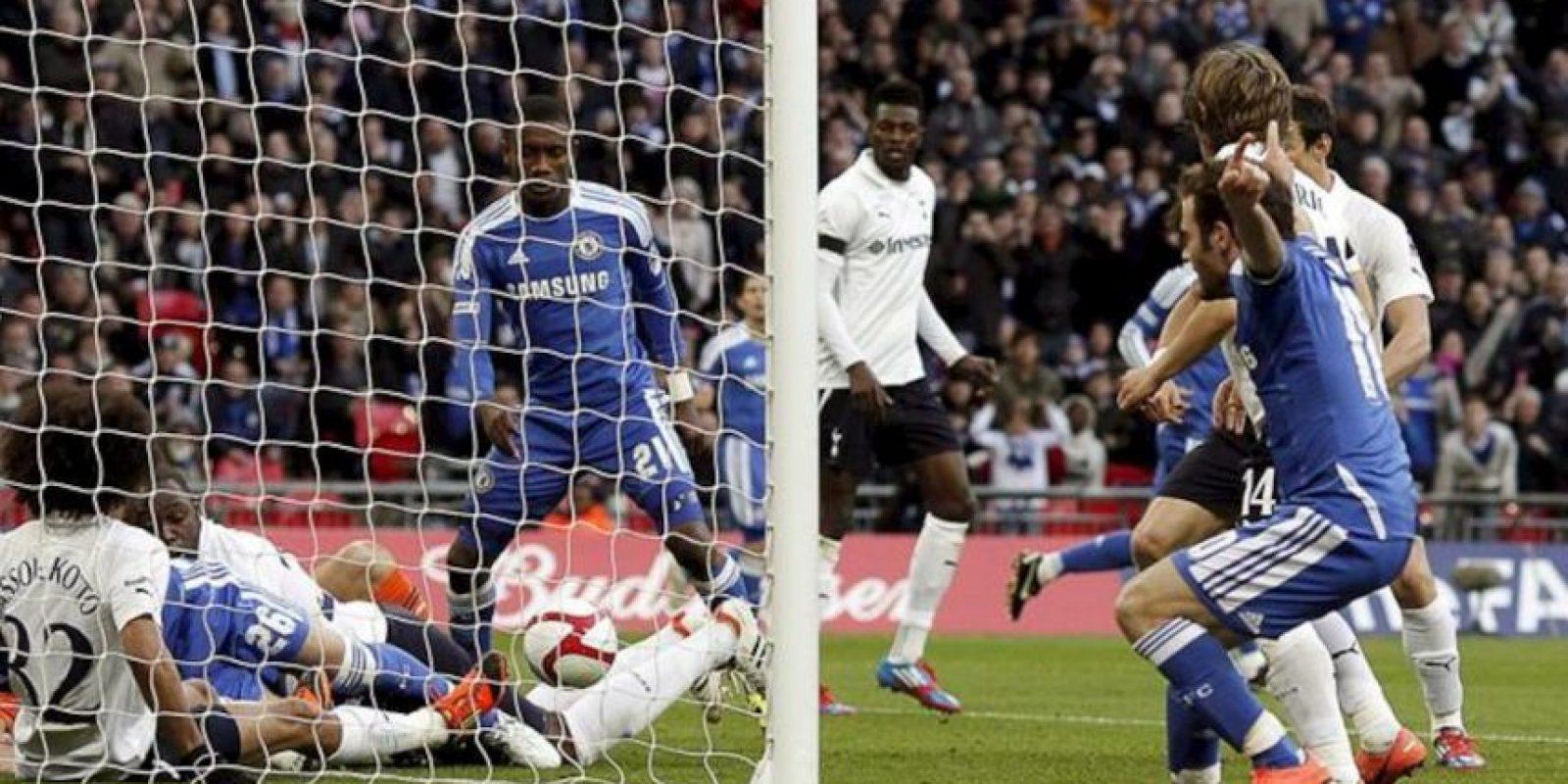 El jugador español del Chelsea Juan Mata (izq) marca el 2-0 al Tottenham Hotspur durante el partido de semifinales de la Copa Inglesa (FA Cup) disputado en el estadio de Wembley en Londres, Reino Unido. EPA