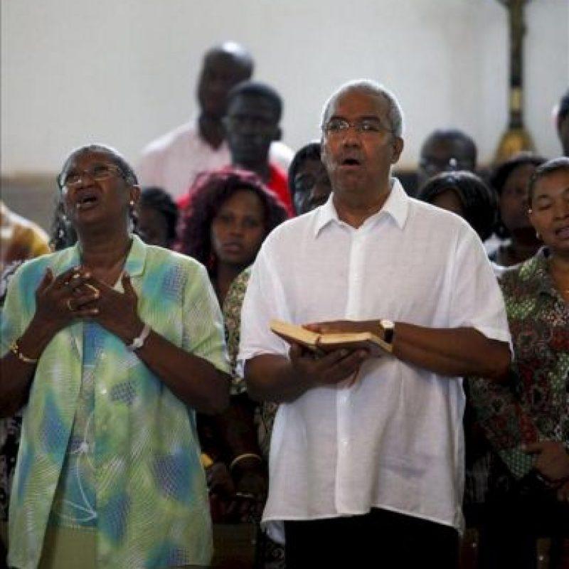 El primer ministro de Guinea Bissau, Henrique Rosa, y su esposa, María Rosa, en un acto religioso en Bissau hoy. EFE