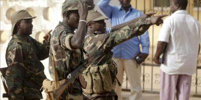Soldados patrullando las calles de Bissau hoy. EFE