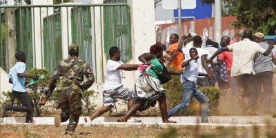 Soldados dispersando un grupo de manifestantes que participaban en una protesta contra la situación política que atraviesa Guinea-Bissau hoy en la capital del país. EFE