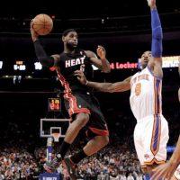 El jugador de los Knicks, J.R. Smith (d), disputa el balón con LeBron James (i) de los Heat este 15 de abril, durante el juego de la NBA en el Madison Square Gerden de Nueva York (EEUU). Los Heat ganaron 93-85. EFE