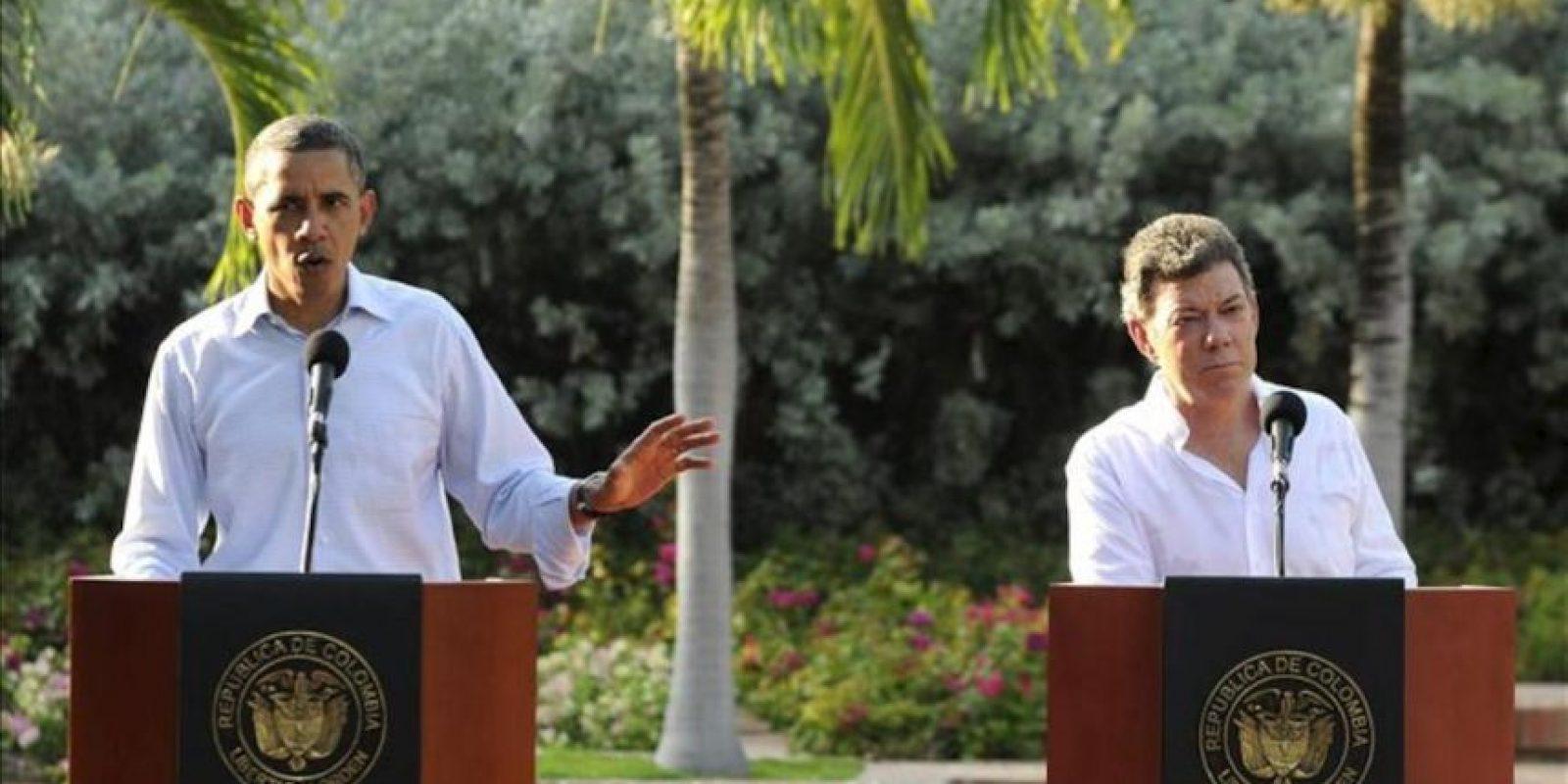 El presidente de Colombia, Juan Manuel Santos (d), escucha a su homólogo de Estados Unidos, Barack Obama (i), en una rueda de prensa conjunta, posterior a una reunión bilateral en la Casa de Huéspedes Ilustres en Cartagena (Colombia), como parte de las actividades de la VI Cumbre de las Américas. EFE