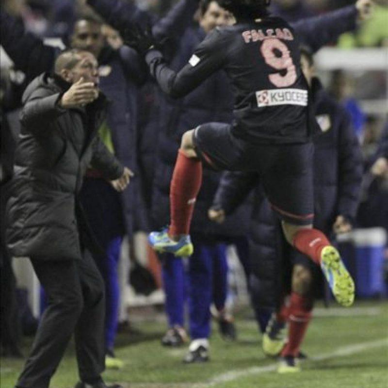 El delantero colombiano del Atlético de Madrid, Radamel Falcao (d), celebra con su entrenador, el argentino Diego Simeone (i), su gol, primero de su equipo, durante el encuentro, correspondiente a la trigésimo cuarta jornada de Liga en Primera División, que Rayo Vallecano y Atlético de Madrid jugaron en el estadio de Vallecas, en Madrid. EFE