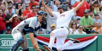 El jugador de Medias Rojas de Boston Kevin Youkilis (d) anota una carrera ante el receptor de rays, Chjris Gimenez (i), durante un partido de la MLB, en el Fenway Park de Boston, Massachusetts (EE.UU.). Los locales se impusieron 6 carreras por 4. EFE