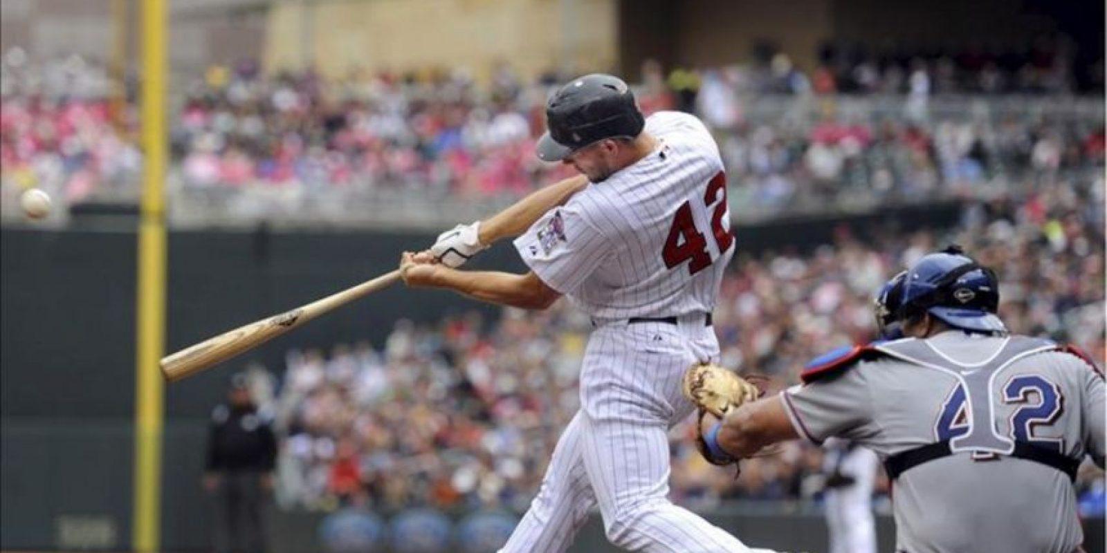 El jardinero derecho de Mellizos Clete Thomas (i) batea un cuadrangular para dos carreras ante el receptor Yorvit Napoli (d), de Vigilantes, este 15 de abril, durante un partido por la MLB en el Target Field de Minneapolis, Minnesota (EE.UU.). EFE
